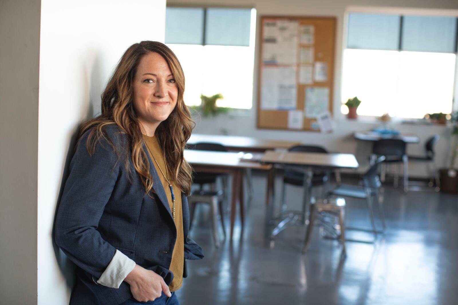 Insegnante scolastico in piedi in una classe