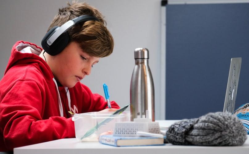 studente studia con dispositivi tecnologici Wibo