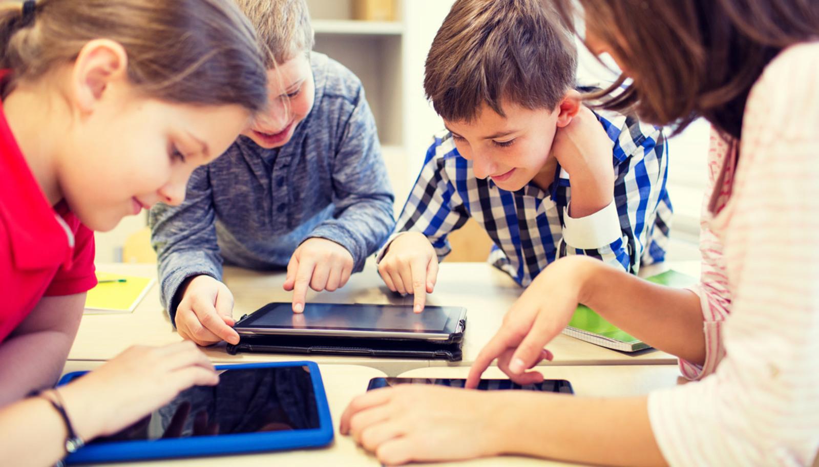studenti usano tablet per studiare - Wibo